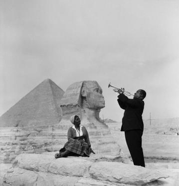 Louis Armstrong suona la tromba la moglie davanti alla Sfinge delle piramidi di Giza, 1961