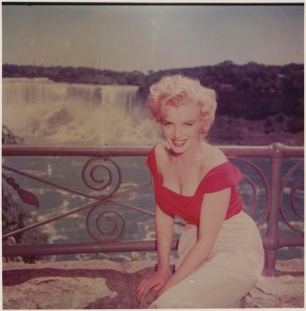 Marilyn Monroe di fronte alle Cascate del Niagara, 1953