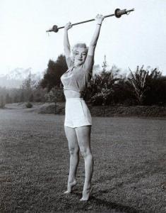 Marilyn Monroe che fa sollevamento pesi