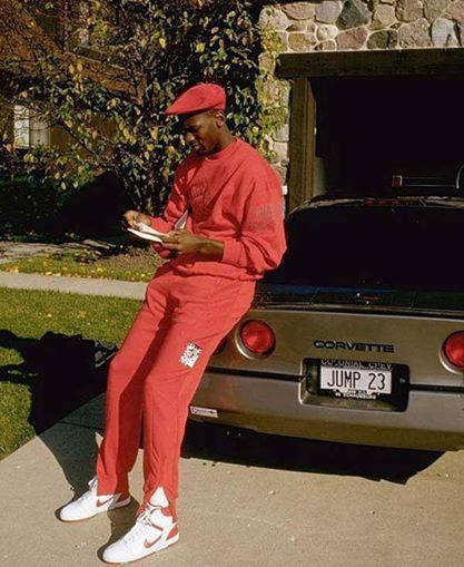 Michael Jordan appoggiato alla sua Corvette con la targa 'Jump 23'