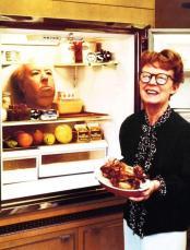 La signora Hitchcock con la testa di cera di Alfred in frigo. Fotografia di Philippe Halsman.1974