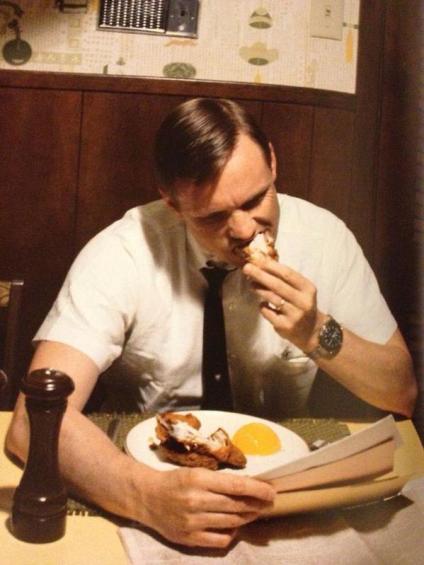 Neil Armstrong mangia la sua ultima colazione sulla Terra prima di partire per la Luna, 1969