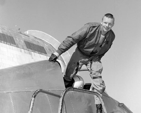 Neil Armstrong nel pozzetto dell'aeroplano Ames Bell X-14 presso il Centro di ricerca Ames della NASA, febbraio 1964