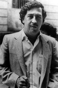 Pablo Escobar ha fatto così tanti soldi che ha speso una cifra stimata $ 2500 al mese solo per tenere i suoi soldi insieme