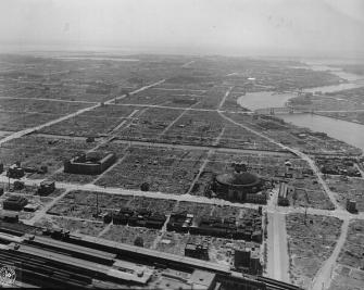 Panoramica di Tokyo nel 1945. Era lontano dai fronti, ma non sfuggì l'attacco aereo alleato