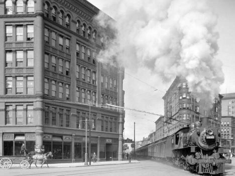 Sembrava normale che l'Empire State Express passasse attraverso il centro della città in Washington Street, New York 1907