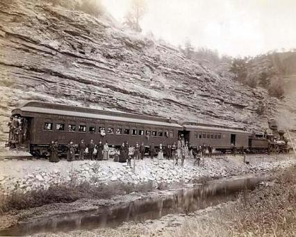 Passeggeri di un treno nel vecchio West