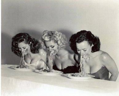 Pin-up allo spaghetti eating contest