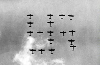 Svastica formata in una dimostrazione della forza aerea tedesca nel Reichsparteitag. Norimberga, 1936