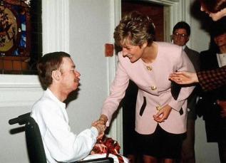 La Principessa Diana stringe la mano a un malato di Aids senza guanti: al tempo un profondo gesto di solidarietà, 1991