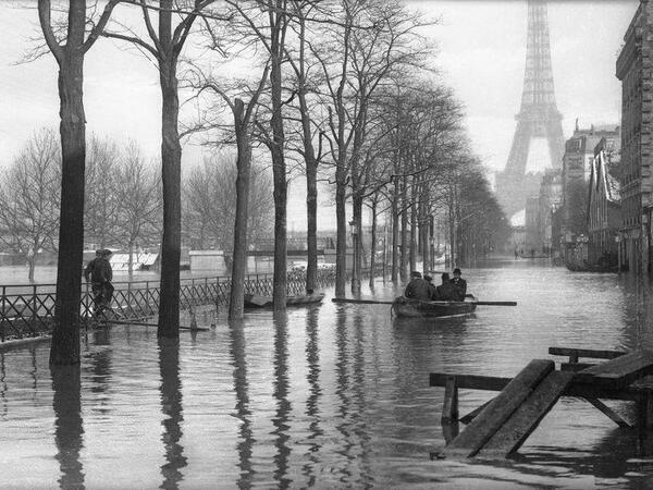 Barche a remi per le strade di Parigi dopo l'allagamento della Senna, c. 1910
