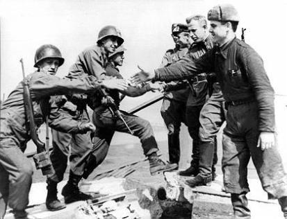 Soldati russi e americani si stringono la mano come alleati alla fine della Seconda guerra mondiale. Germania 1945