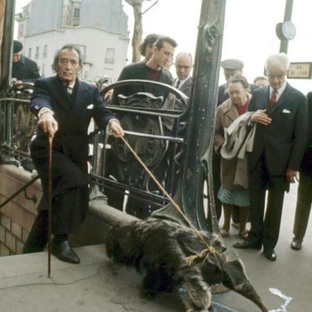 Salvador Dalí porta a spasso il suo formichiere per le strade di Parigi