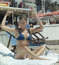 Sharon Tate in spiaggia al Festival di Cannes, 1968