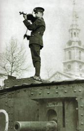 Soldato suona il violino su un carro armato. Prima guerra mondiale