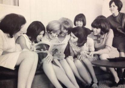 Gruppetto di ragazze che legge Playboy, 1960