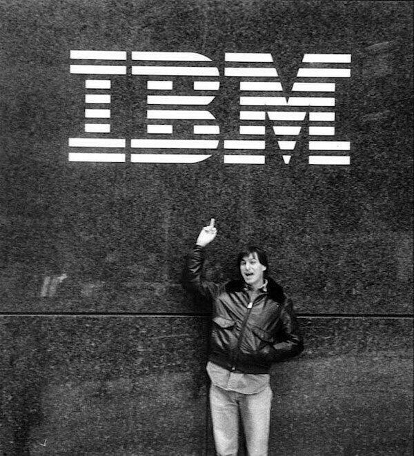 Steve Jobs fa il dito medio all'IBM nel 1983