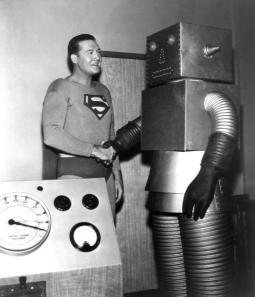 Superman (George Reeves) stringe la mano con 'The Runaway Robot' - ca. 1953