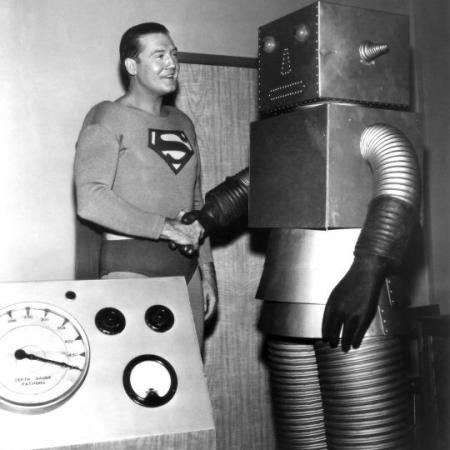 Superman (George Reeves) stringe la mano con 'The Runaway Robot' - ca. 1953