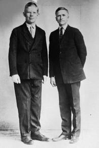 L'uomo più alto della storia, Robert Wadlow, con il padre all'età di 10 anni, 1929