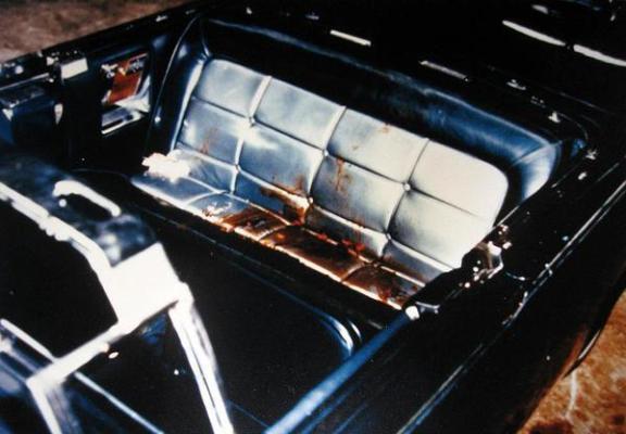 Il sedile posteriore della limousine del presidente John F. Kennedy dopo l'assassinio. Nov. 22, 1963