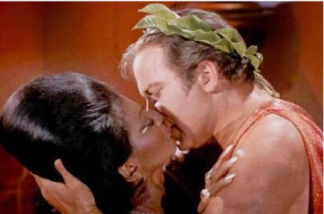 Il primo bacio interrazziale sulla TV americana ha avuto luogo nel 1968 tra il capitano James T. Kirk e Uhura