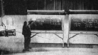 Einstein con la sua famosa equazione E = mc ^ 2