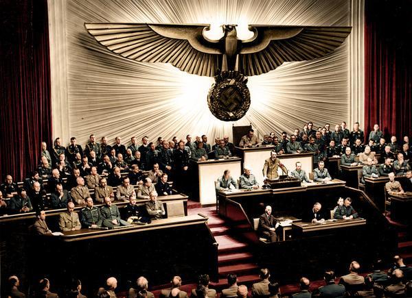 Il discorso in cui Adolf Hitler dichiarò guerra agli Stati Uniti, 1941. Fotografia colorata da Mads Madsen