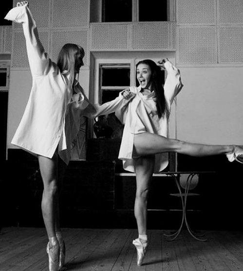 Questa è una delle tre sequenze di balletto con la giovane Audrey Hepburn (23 anni), nel film britannico 'The Secret People'
