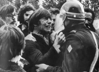 Due amici d'infanzia si incontrano durante una manifestazione di protesta. Uno come attivista, l'altro poliziotto. Francia 1972