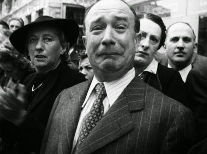 Un signore francese piange durante l'occupazione nazista nel 1940