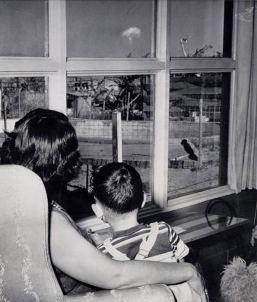 Una madre con il figlio guarda il fungo atomico a seguito di un test nucleare a Las Vegas, nel 1953