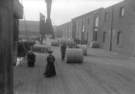 Scarico tabacco presso il Royal Victoria Docks c.1900