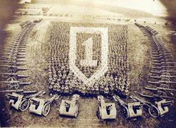 Stati Uniti 1 ° Battaglione, 5 ° Artiglieria da campo posa per una foto in Grenzhausen, Germania, alla fine della prima guerra mondiale (agosto 1919)