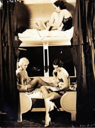 Showgirl vintage su un treno notturno, circa 1930