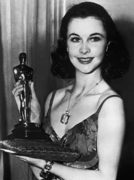 Vivien Leigh con l'Oscar che ha ricevuto per Via col vento nel 1939