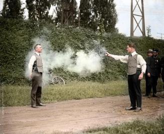 W.H. Murphy e il suo socio fanno una dimostrazione del loro giubbotto antiproiettile, 13 Ottobre 1923
