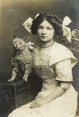 Donna con gatto (Inghilterra c. 1900-1910)