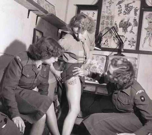 Una donna nel British Royal Army Corps mostra il suo tatuaggio, 1940