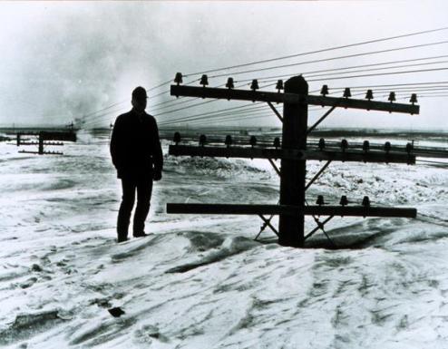 """""""Credo che ci sia un treno sotto qui da qualche parte!"""" - Foto scattata dopo la bufera di neve marzo in Nord Dakota, 1966"""