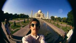 Selfie del ventitreenne George Harrison al Taj Mahal, in India (1966)