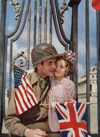 Una ragazza francese accoglie i liberatori del suo paese fuori dal Palazzo di Versailles, 1945