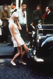 Una ragazza si specchia nella griglia di una Rolls Royce su Carnaby Street, Londra, 1968