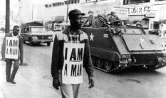 """Gli uomini neri in lotta contro il degrado psicologico dei bianchi che li chiamano """"boy"""" (ragazzo), 1960 circa"""