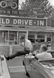 Bobby Kennedy si ferma a mangiare un boccone in West Virginia durante la campagna elettorale del fratello 1960