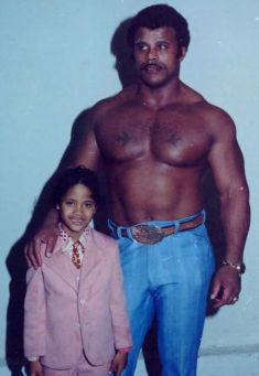"Dwayne ""The Rock"" Johnson e suo padre Rocky Johnson, 1981"