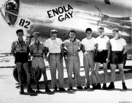 L'equipaggio della Enola Gay che ha sganciato una bomba atomica su Hiroshima