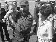 Fidel Castro che tiene in braccio il nuovo primo ministro del Canada Justin Trudeau