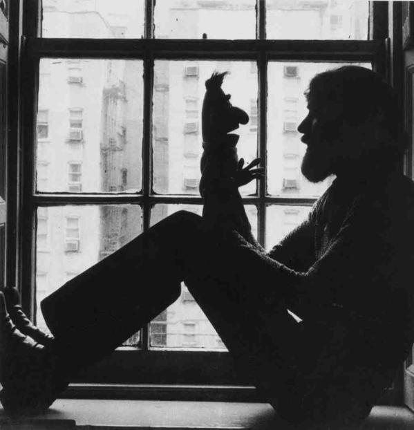 Jim Henson parla con il burattino 'Bert', 1971