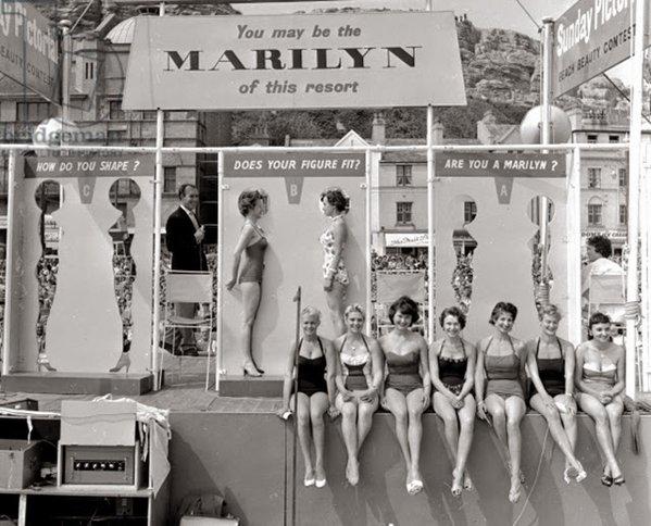 Una competizione per la sosia di Marilyn Monroe a Hastings, Regno Unito, circa 1958